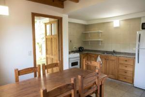 Una cocina o kitchenette en Cabaña La Cascadita