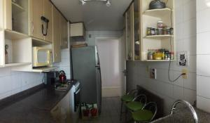 A kitchen or kitchenette at AMPLO 2Dorm. c/Box coberto e segurança 24hs no Menino Deus