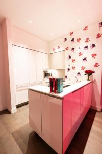 A kitchen or kitchenette at Resolution Suite: Recommit to Romance