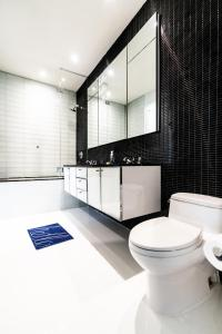 A bathroom at Resolution Suite: Meet New People