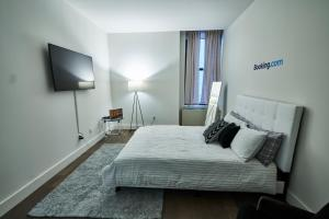 A bed or beds in a room at Resolution Suite: Turn Your Passion Into a Business