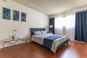 Ein Bett oder Betten in einem Zimmer der Unterkunft West Hollywood apartment minutes to Walk of Fame, parking available