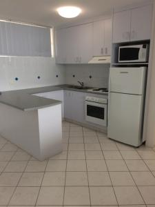A kitchen or kitchenette at The Sands Holiday Apartments