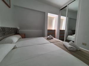 Een bed of bedden in een kamer bij Apartamentos Playazul