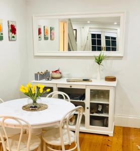 A kitchen or kitchenette at Aldgate Creek Cottage Bed and Breakfast