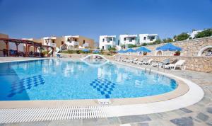 Het zwembad bij of vlak bij Golden Sun Apartments