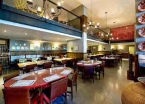 A restaurant or other place to eat at Lindo quarto e sala no hotel Mercury