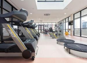 The fitness centre and/or fitness facilities at Lindo quarto e sala no hotel Mercury