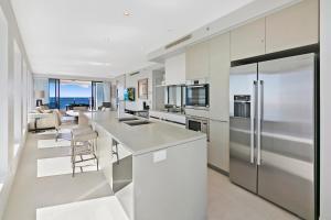 A kitchen or kitchenette at Soul Surfers Paradise - GCLR