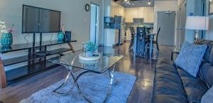 A kitchen or kitchenette at Amazing Atlanta Fully Furnished Apartments