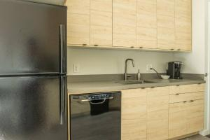 A kitchen or kitchenette at Simple and Walkable Studio Apt in Capitol View South