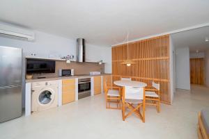 A kitchen or kitchenette at Apartamentos Roca Plana