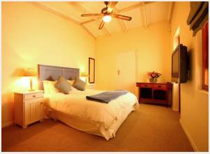 A bed or beds in a room at Cabriere Cottage