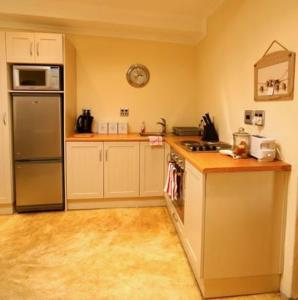 A kitchen or kitchenette at Cabriere Cottage