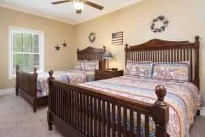 A bed or beds in a room at Baskins Creek Condos