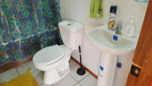 Un baño de Cabañas Cercanas a Puerto Montt