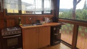 Una cocina o zona de cocina en Cabañas Cercanas a Puerto Montt