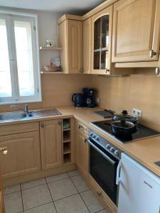 A kitchen or kitchenette at Ferienwohnung Hakenbuden 2