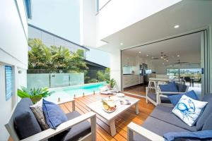 The swimming pool at or near Oleander Holiday Home - Airlie Beach