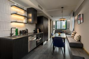 A kitchen or kitchenette at Be Mate Paseo de Gracia