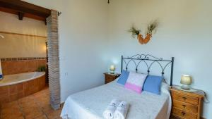 A bed or beds in a room at Casa Rural El Guindo