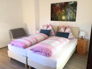 Ein Bett oder Betten in einem Zimmer der Unterkunft Ferienwohnungen Kössl
