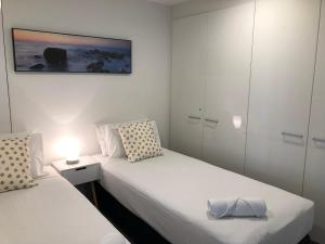 A bed or beds in a room at Circle on Cavill Ocean View