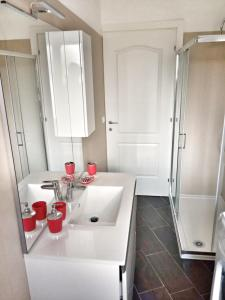 A bathroom at Red Tower Venice - 2 mins from VCE Airport- free Wifi