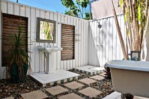 A bathroom at Pineapple Petes Beach House