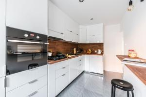 A kitchen or kitchenette at Theatre Apartment - Apartament przy Rynku w Głogowie