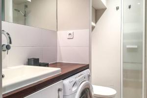 Ein Badezimmer in der Unterkunft Saint Germain- Cherche Midi grand studio de charme