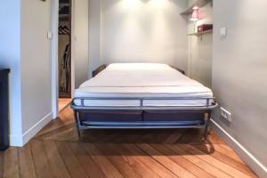 Ein Bett oder Betten in einem Zimmer der Unterkunft Saint Germain- Cherche Midi grand studio de charme