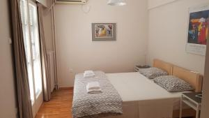 A bed or beds in a room at Cozy studio downtown Athens/Kolonaki