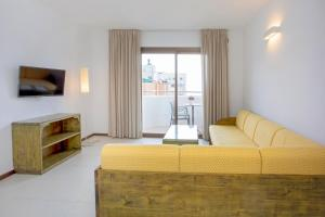 A seating area at Apartamentos Bon Lloc