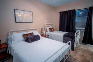A bed or beds in a room at Cozy Downtown Guest House 2BR/1BA Sleeps 8