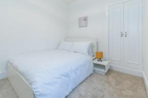 A bed or beds in a room at Dbeautifiers Apartments