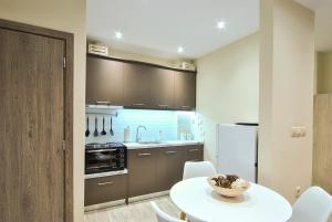 A kitchen or kitchenette at Studio 20 (the best spot in town !)