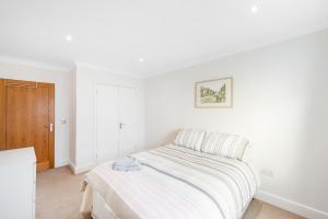 Ein Bett oder Betten in einem Zimmer der Unterkunft Modern 2bed 2bath Angel Apt