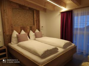 A bed or beds in a room at Alp-IN Lodges Kaprun