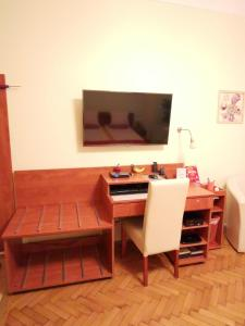 A television and/or entertainment centre at Paprika Apartment In City Center