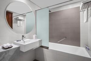 A bathroom at Leva Hotel and Suites, Mazaya Centre