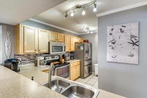 A kitchen or kitchenette at Edgewater Golf Villa 1002