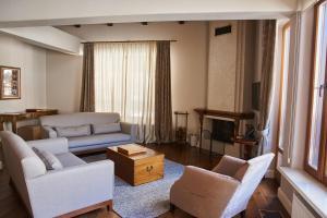 A seating area at Dom Solntsa in Krasnaya Polyana Apartments