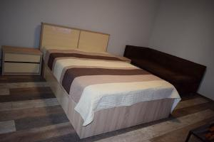 A bed or beds in a room at Hospital View Apartment