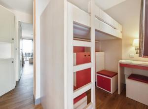 A bunk bed or bunk beds in a room at Résidence Pierre & Vacances Cannes Villa Francia
