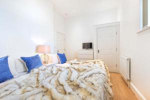 Ein Bett oder Betten in einem Zimmer der Unterkunft 4 Bedroom 2 Bathroom Apartment with Terrace