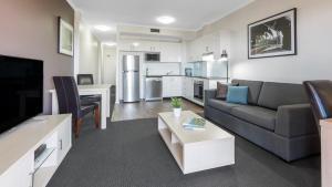 Ein Sitzbereich in der Unterkunft Oaks Sydney Goldsbrough Suites