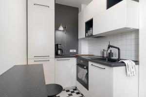 Kuchnia lub aneks kuchenny w obiekcie Lovely flat with parking, strict center
