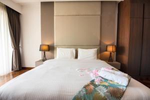 A bed or beds in a room at Luxury Seaview Suite by Little Cabin