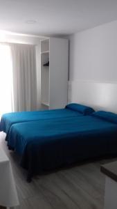 Een bed of bedden in een kamer bij Apartamentos Pez Azul